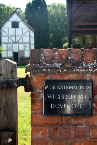 Old NT plaque at Wichenford Dovecote
